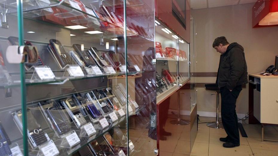 Вежливый вор вырвался из объятий продавца в салоне связи на Заневском