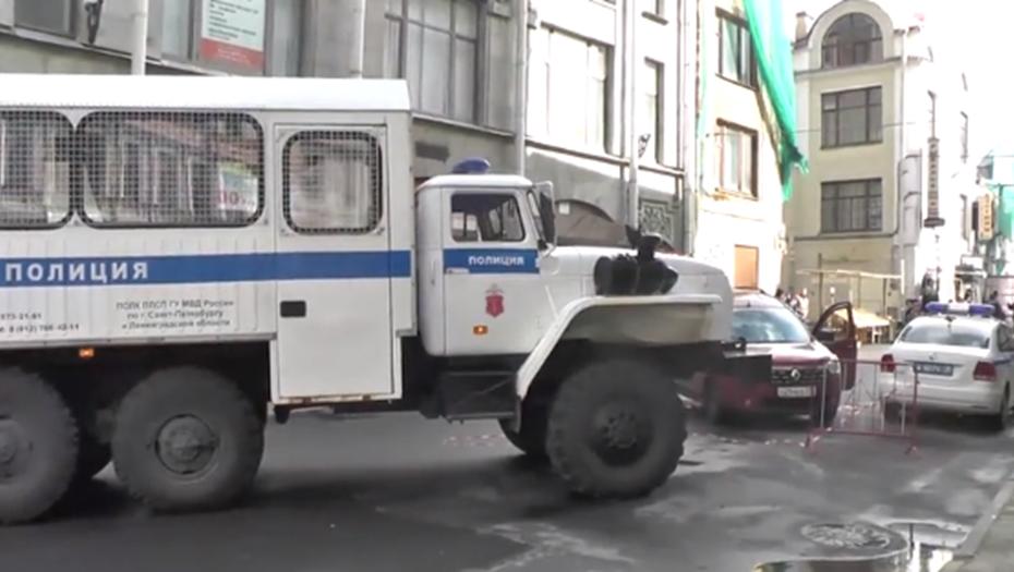 Во время рейда на рынках Петербурга задержаны 100 мигрантов