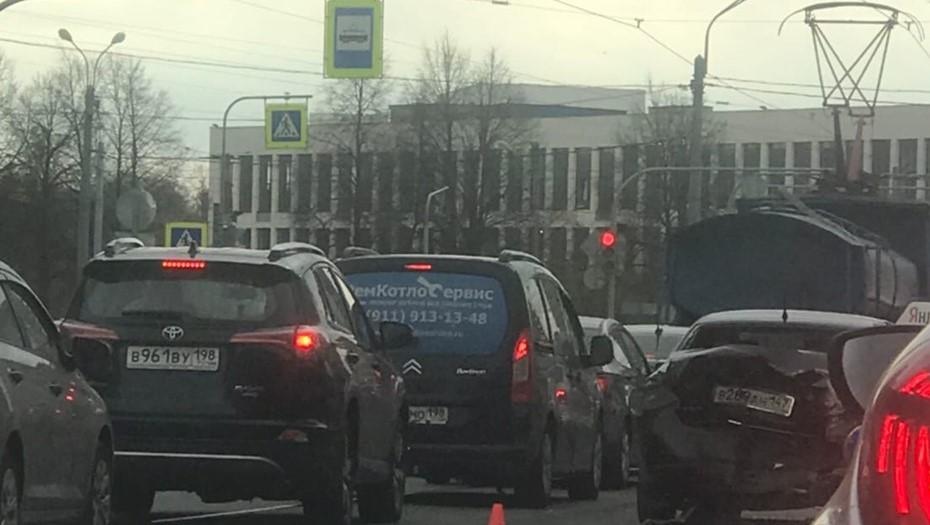 Водитель Infiniti устроил массовое ДТП на Среднеохтинском проспекте