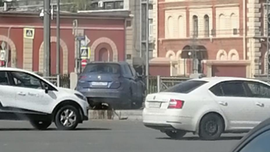 Водитель Volkswagen вылетел в ограду Обводного канала