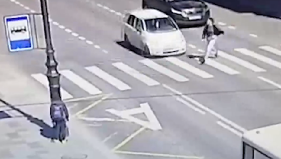 Выскочившая на дорогу девушка попала под авто в Петроградском районе