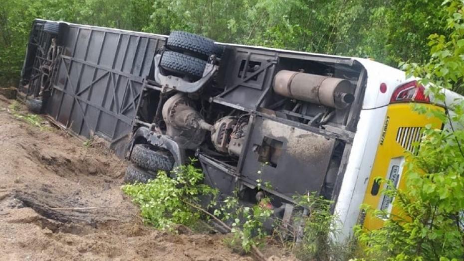 Десять туристов пострадали в перевёрнутом автобусе под Петербургом
