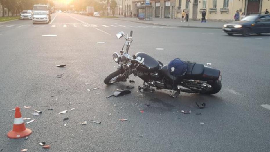Двух байкеров увезли в больницу после жёсткого столкновения на Зайцева