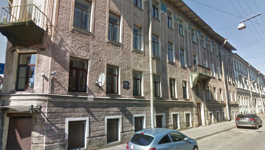 Фрагмент фасада дома в переулке Пирогова упал на голову женщине