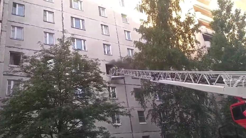 Из горящей квартиры на Комендантском проспекте спасли двух девушек