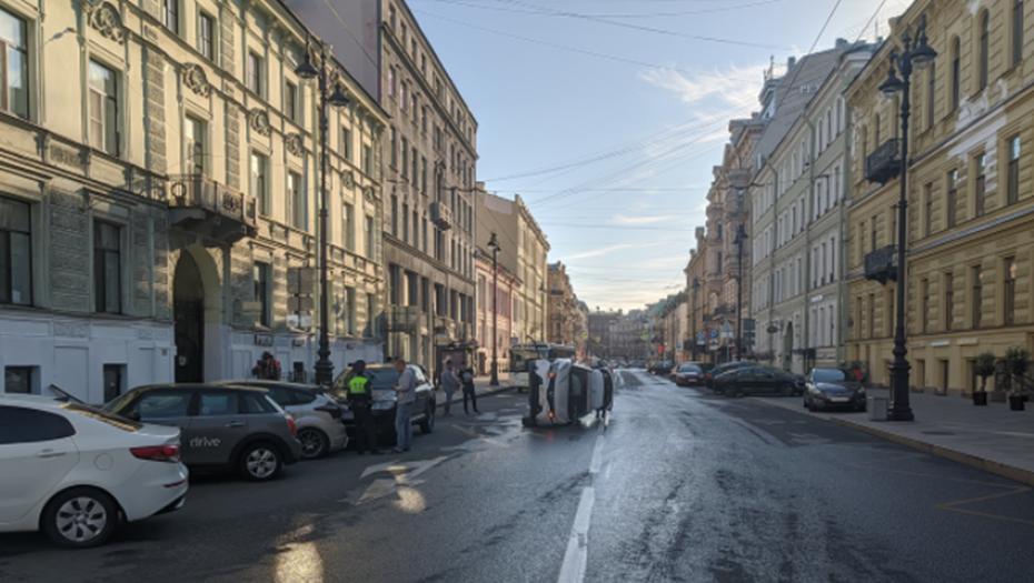 Каршеринг опрокинулся после ДТП с такси в центре Петербурга