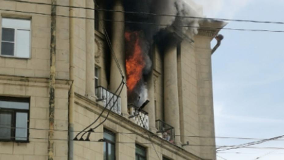 Мать с двумя детьми спасли из горящей квартиры на проспекте Стачек