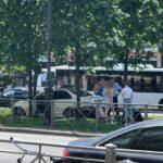 """Mercedes """"вспахал"""" клумбу на Московском проспекте, уходя от столкновения"""