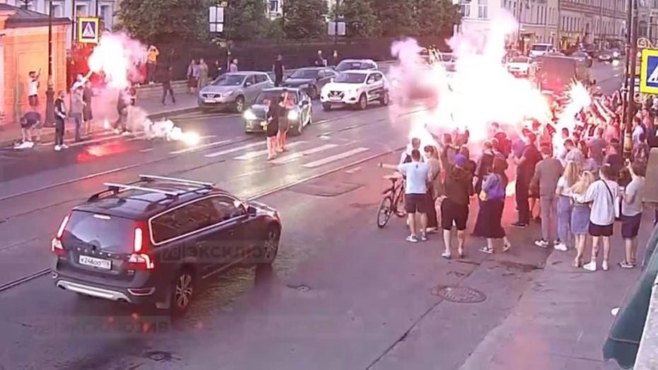 Молодёжь устроила файер-шоу и помешала машинам в центре Петербурга