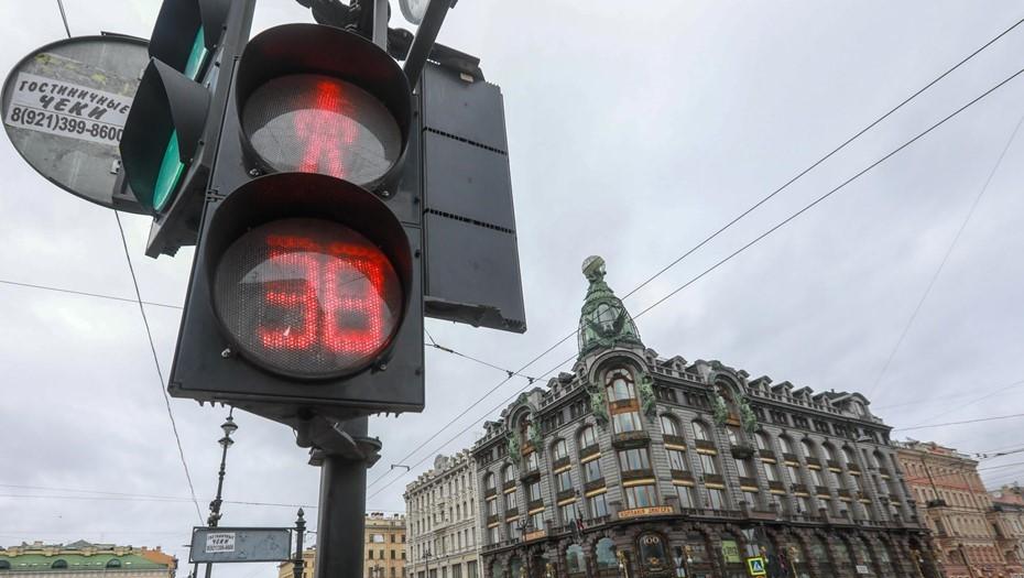 Мусоровоз оборвал провода и вырвал светофоры в центре Петербурга