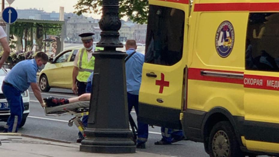Мужчина на роликах попал под автобус в центре Петербурга