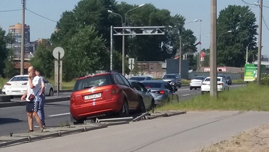 На Митрофаньевском шоссе кроссовер сбил девушку на пешеходном переходе