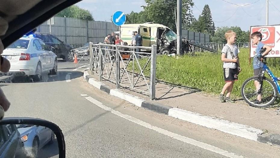 На Мурманском шоссе разбилась машина с инкассаторами
