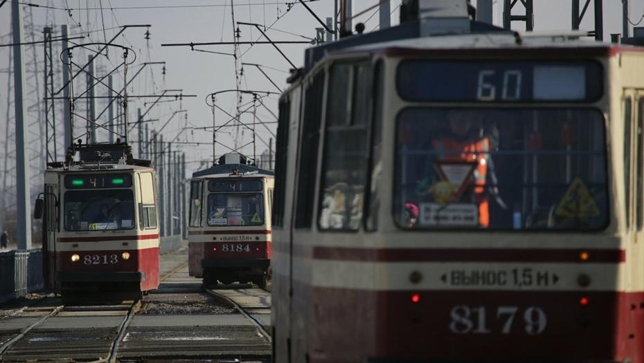 На улице Дыбенко из-за смерти пассажира на час остановились трамваи