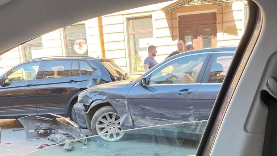 """На Васильевском Kia с """"адскими"""" номерами разбил BMW о припаркованные машины"""