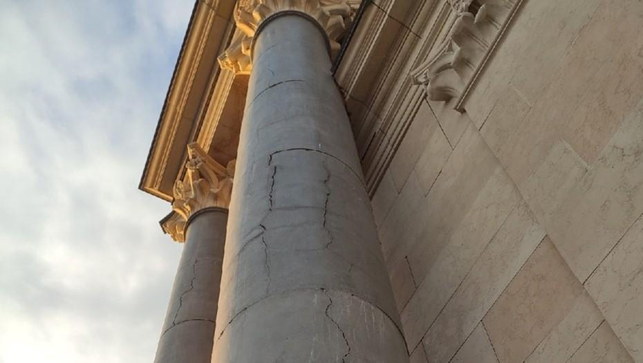 Новый храм на Долгоозёрной покрылся трещинами и синими разводами
