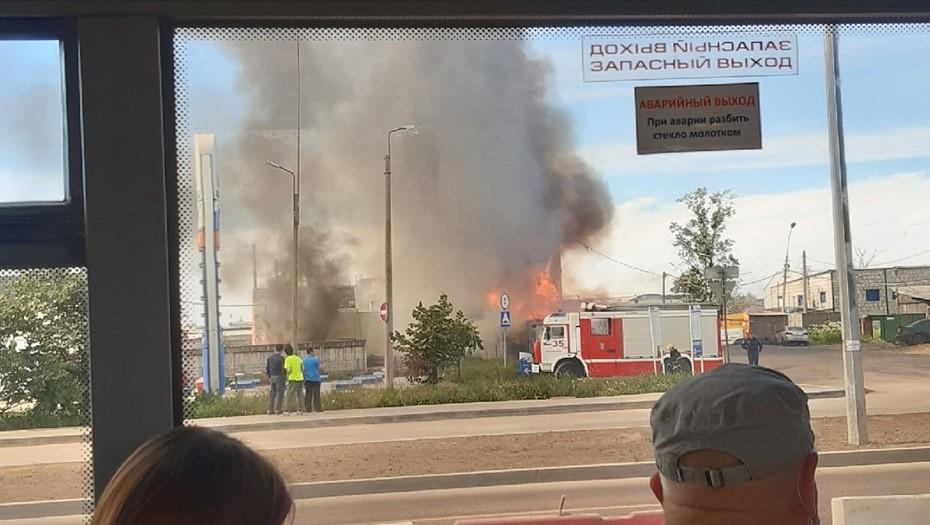 Около газовой заправки на Таллинском шоссе загорелись покрышки