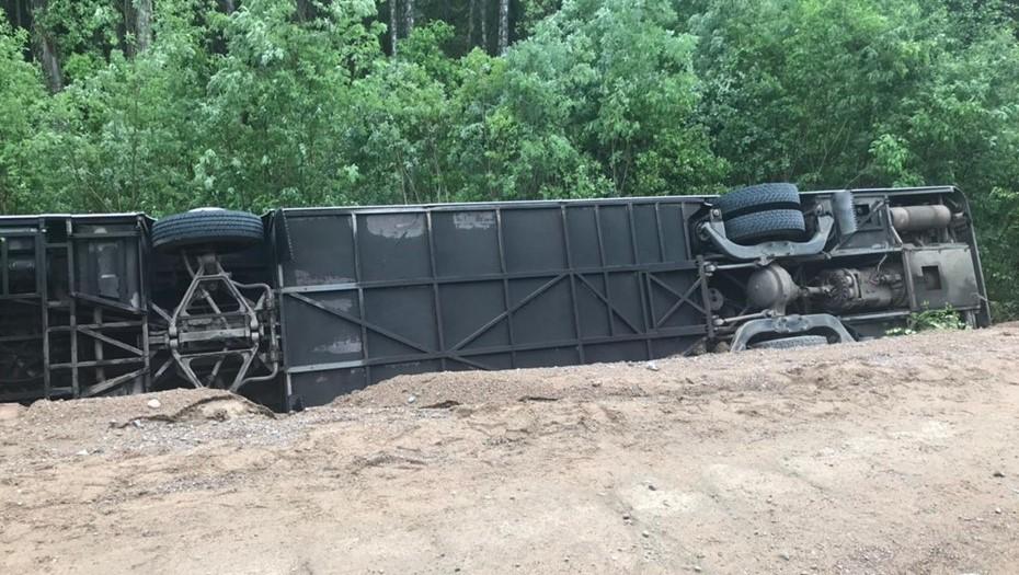 Причиной аварии с экскурсионным автобусом в Ленобласти мог стать сильный дождь