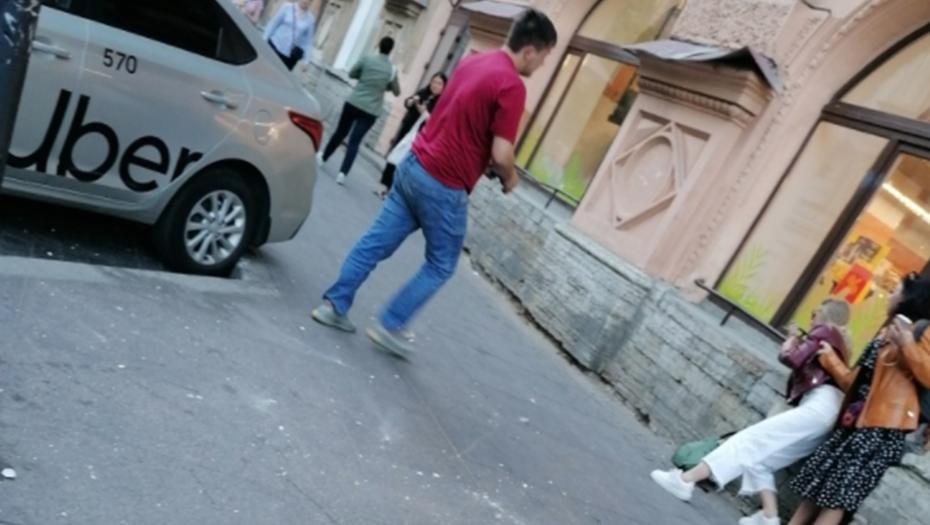 Штукатурка с дома-памятника разбила голову петербурженке