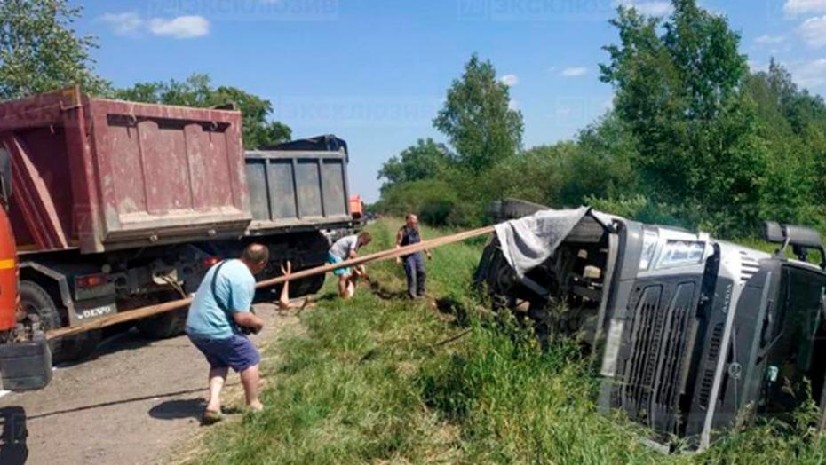 В Ленобласти упавший мусоровоз придавил человека