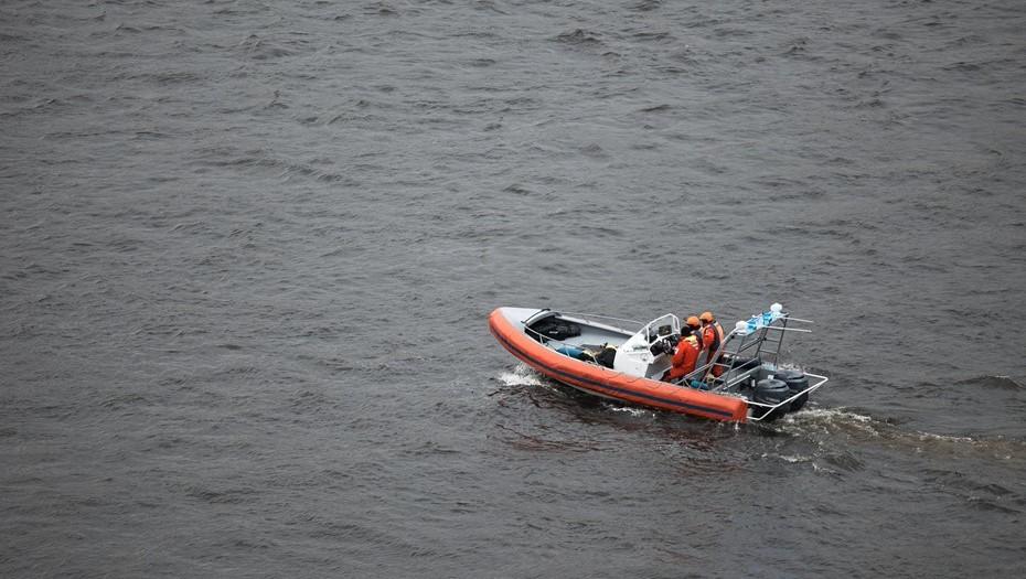 В районе Кронштадта ищут пропавшего с моторной лодки рыбака