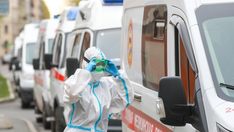 Власти Петербурга объяснили очереди из скорых у городских больниц