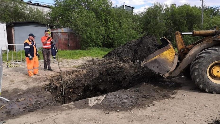 Власти Ухты выяснили, почему нефть забила из-под земли прямо в городе