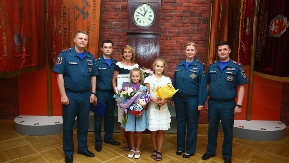 Восьмилетнюю петербурженку наградили за спасение малыша из бассейна