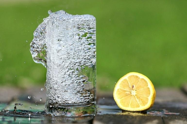 Диетолог назвал лучший напиток для утоления жажды в жару