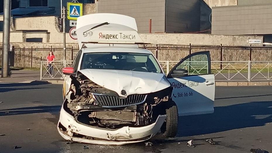 Капот всмятку: иномарка и такси столкнулись на перекрестке в Выборгском районе