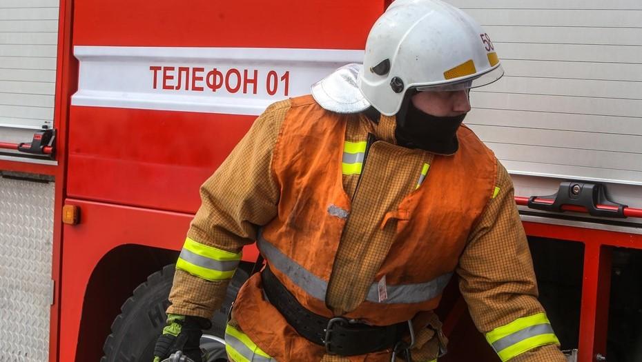 На Дыбенко женщина выпала из окна горящей квартиры