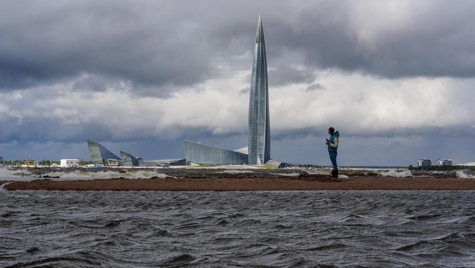Петербуржцев предупредили об усилении ветра и метровых волнах