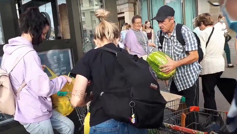 Петербуржцы разграбили прилавок с арбузами, пока продавец общался с полицией