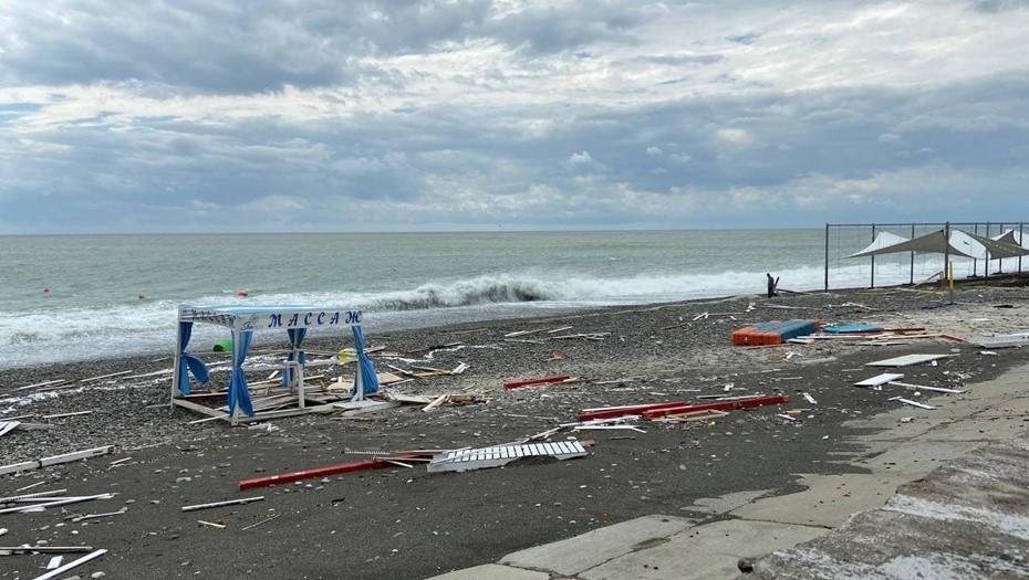 Разрушительный шторм в Сочи сорвал пляжный отдых петербуржцев