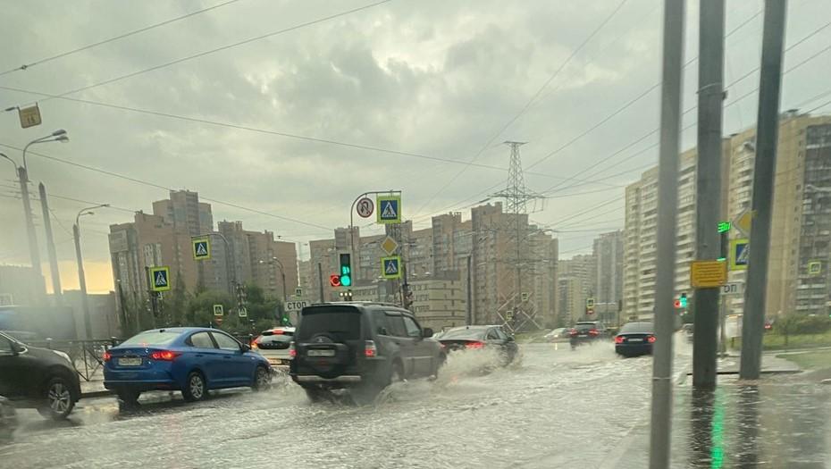 Улицы Петербурга затопило в грозу