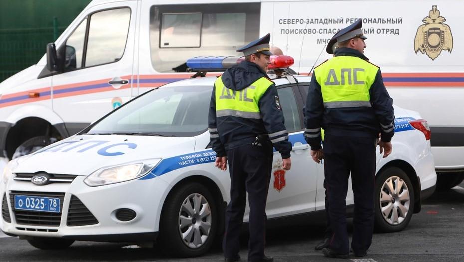 В центре Петербурга легковушка протаранила туристический автобус