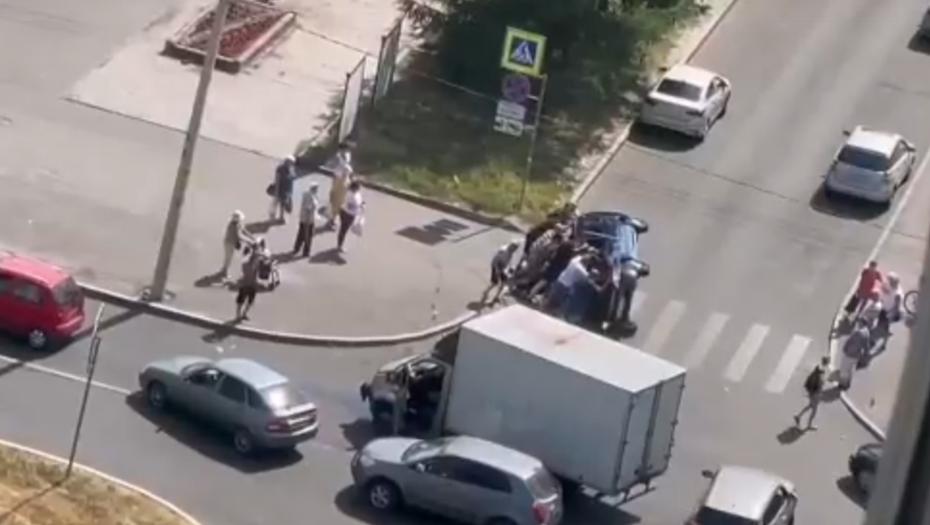 Видео: петербуржцы вручную поставили на колёса перевёрнутый автомобиль