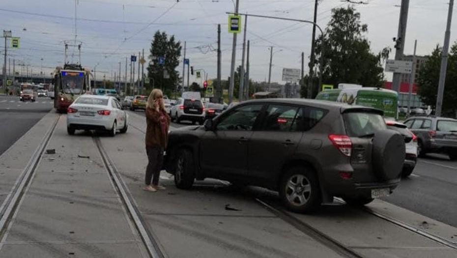 Два ДТП остановили трамваи и троллейбусы в разных районах Петербурга