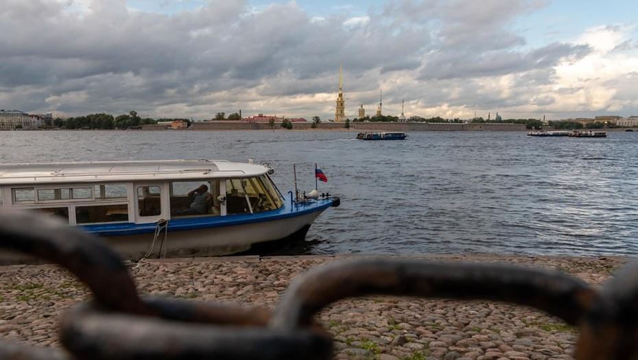 Экипаж прогулочного катера спас из воды в центре Петербурга обнажённую девушку
