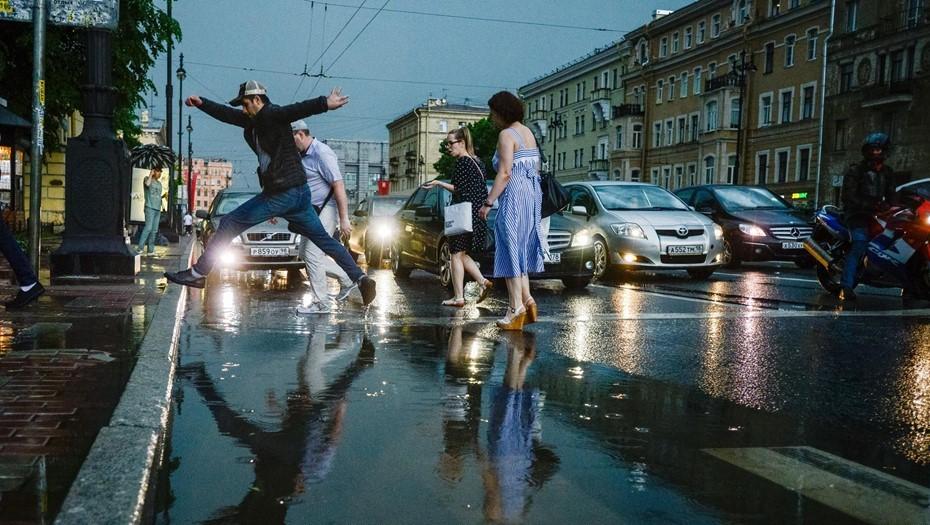 Комблаг Петербурга отправил 99 аварийных бригад убирать воду с улиц