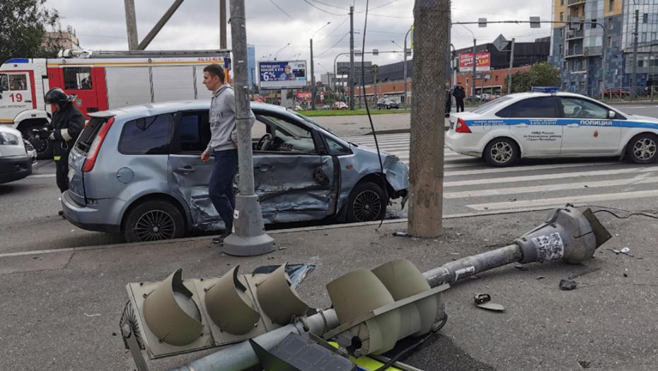 """На Ленинском """"Форд"""" не проскочил на красный и сбил пешеходов на зебре"""