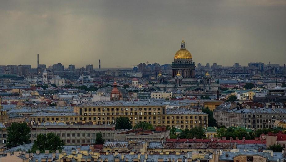 Петербургу пообещали сильную грозу вечером в пятницу