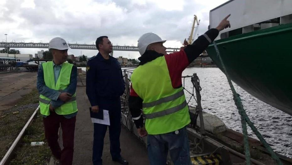 Прокуратура назвала причины крена грузового судна на причале Канонерского завода