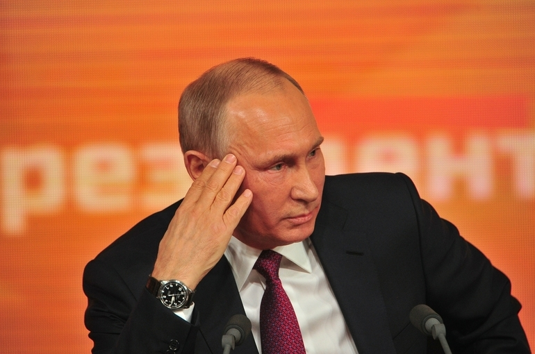 Путин поручил посмертно наградить погибших при крушении Бе-200 военных