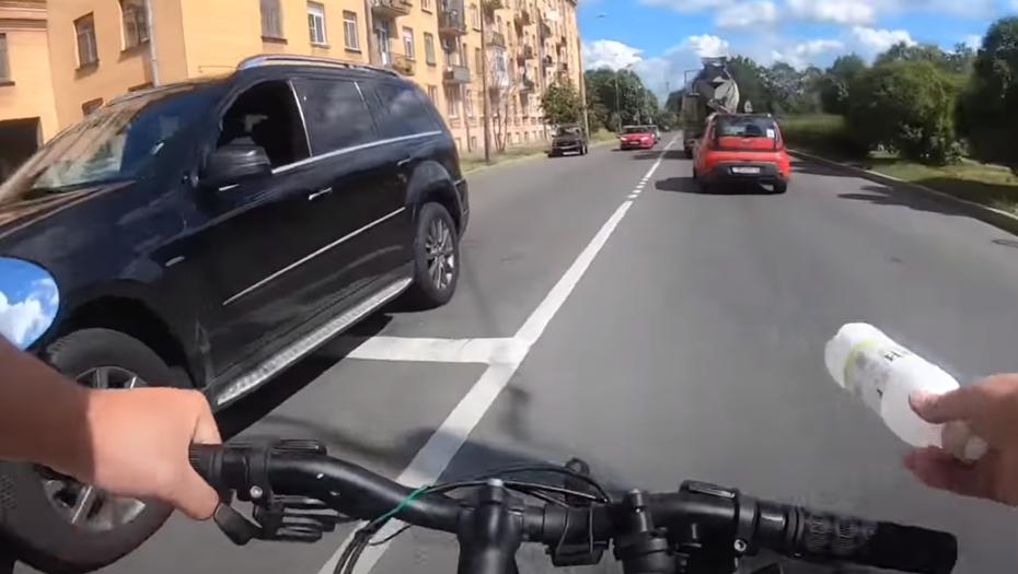 Велосипедист в Петербурге наказал водителя Mercedes за брошенную бутылку