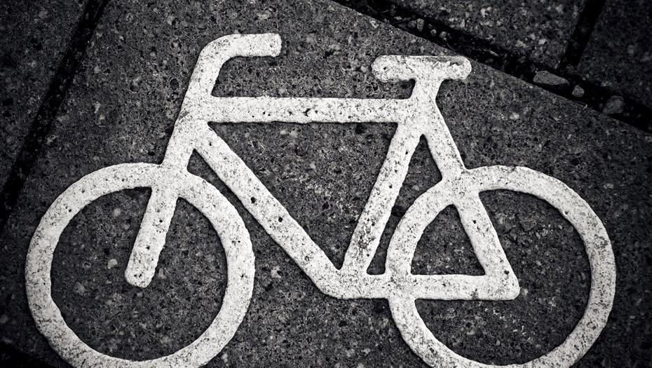 Велосипедистка попала в больницу, врезавшись в полицейский автомобиль на Гороховой улице