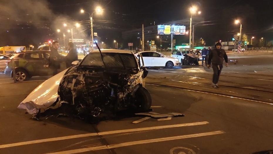 На севере Петербурга водитель каршеринга устроил ДТП, уходя от погони полиции