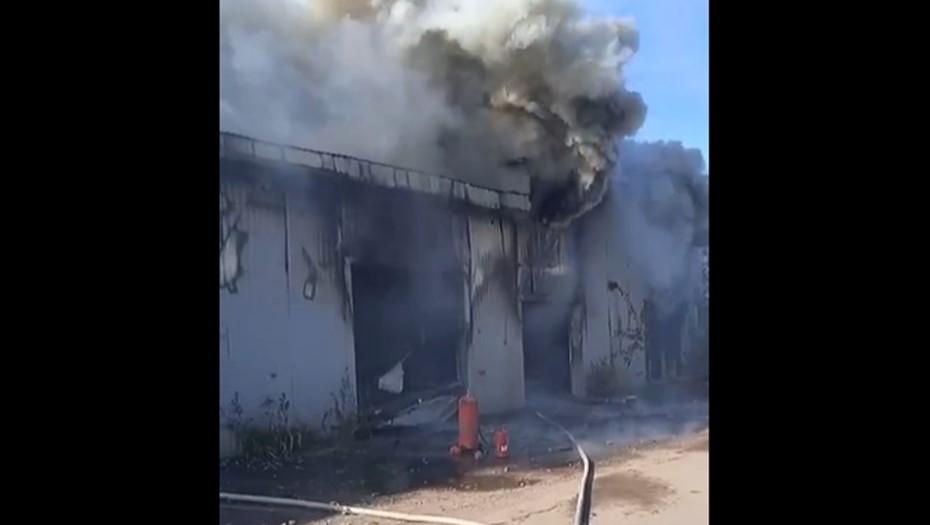 Почти три десятка пожарных съехались к полыхающему автосервису на Шафировском