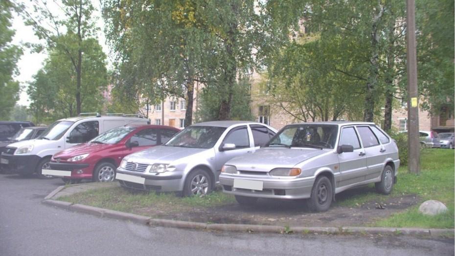 С конца июня за парковку на газонах петербуржцев оштрафовали на 2,7 млн рублей