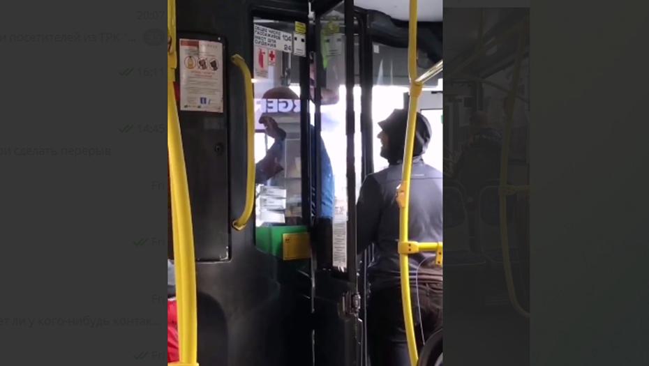 """Водители автобусов подрались у """"Звёздной"""" на глазах у пассажиров"""